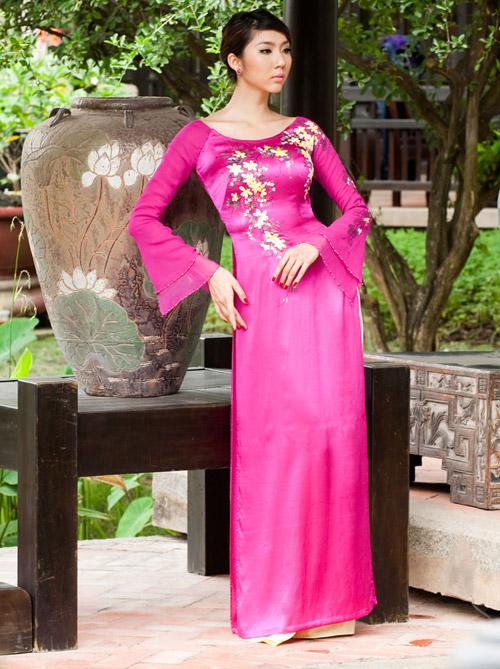 Điểm nổi bật của áo dài Liên Hương chính là các mẫu thêu cầu kỳ trên áo.