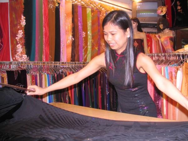 Nghệ Nhân làng Trạch Xá: Làm đẹp cho phụ nữ với tà áo dài Việt Nam