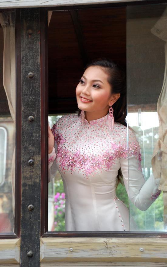 Cô dâu nên chọn cổ truyền thống, thấp khoảng 3cm nếu cổ quá đầy. Ảnh: Nguyễn Tuấn.