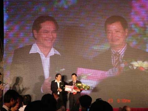 Thiên Quang nhận giải của Viettien