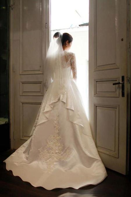 Váy cưới ren với họa tiết cầu kỳ có giá khá cao. Ảnh: Lek Chi.